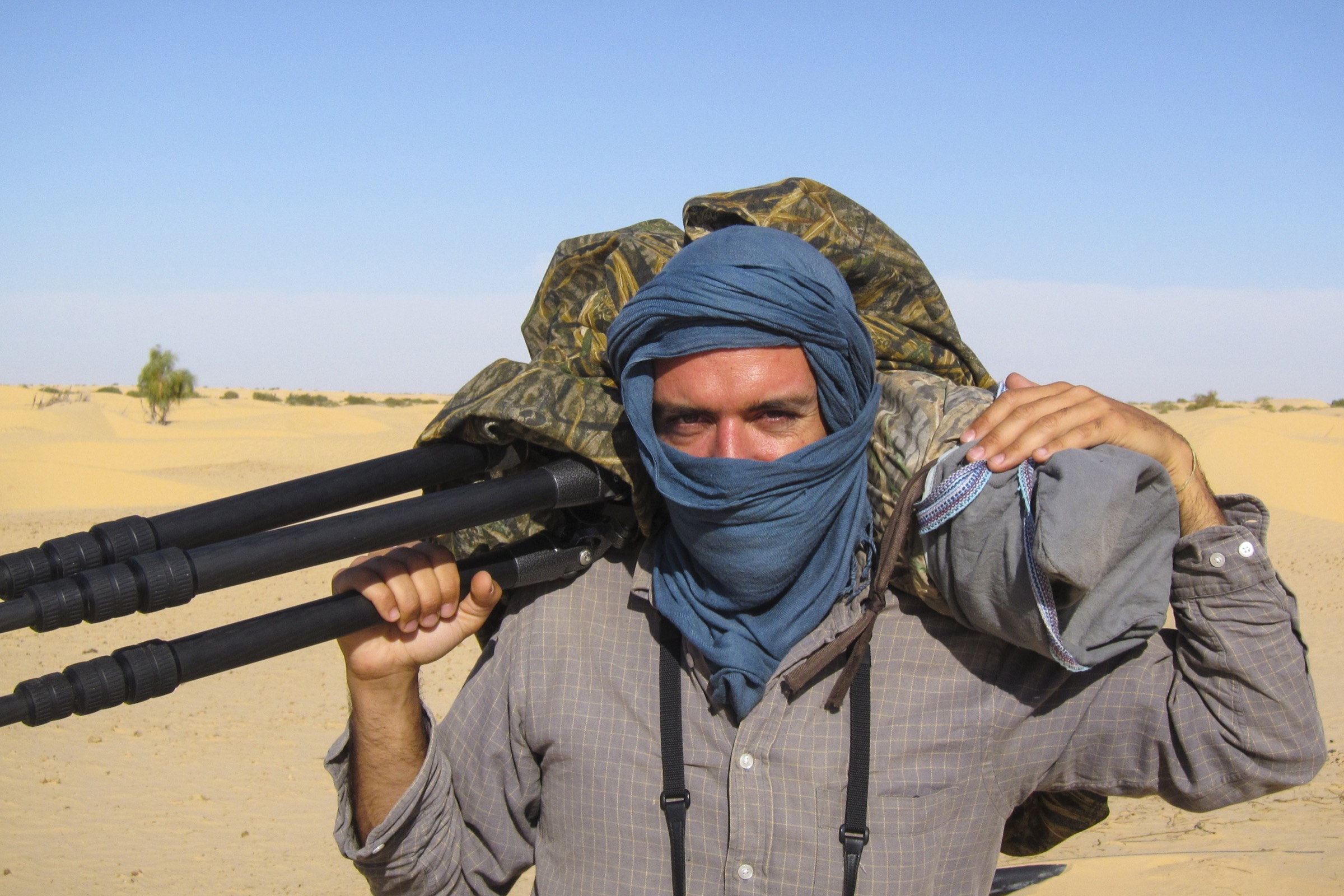 To protect his camera gear from the sand while working in the Tunisian Sahara, D'Amicis relied on damp towels and multiple layers of Ziplock bags.