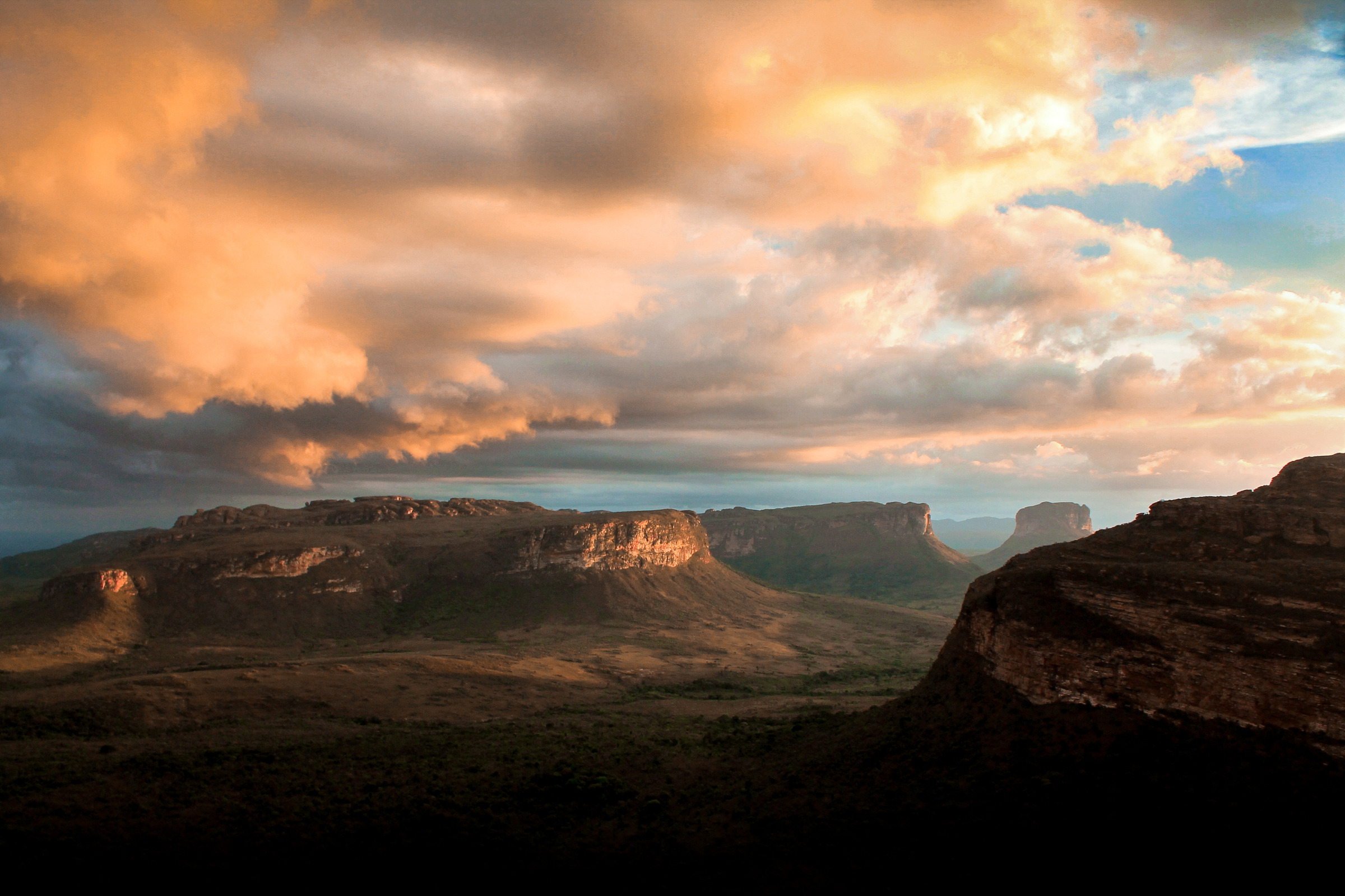 As evening approached in Morro do Pai Inácio, Chapada Diamantina, in the extreme north of Espinhaço Mountain Range, Bahia state, an unexpected light in the last minutes of a hazy day created this spectacular sunset.